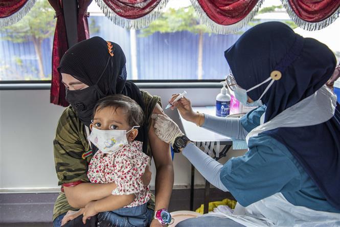 Nhân viên y tế tiêm vaccine phòng COVID-19 cho người dân tại Selongor, Malaysia, ngày 12-9-2021. Ảnh: THX/ TTXVN