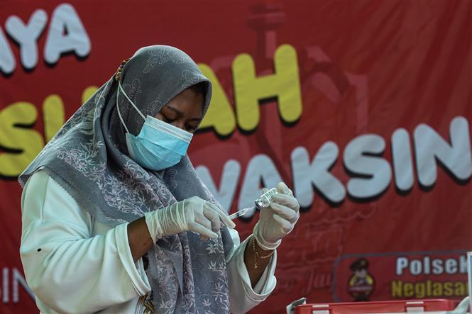 Nhân viên y tế chuẩn bị tiêm vaccine phòng COVID-19 cho người dân tại Tangerang, Indonesia, ngày 13-9-2021. Ảnh: THX/ TTXVN