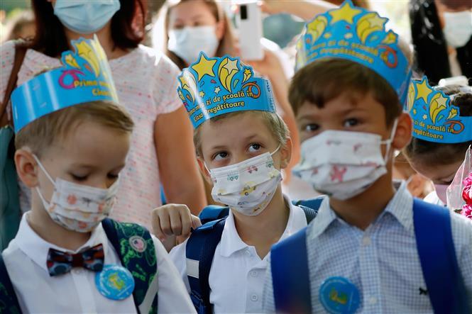 Trẻ em đeo khẩu trang phòng dịch COVID-19 tại trường học ở Bucharest, Romania, ngày 13-9-2021. Ảnh: THX/ TTXVN