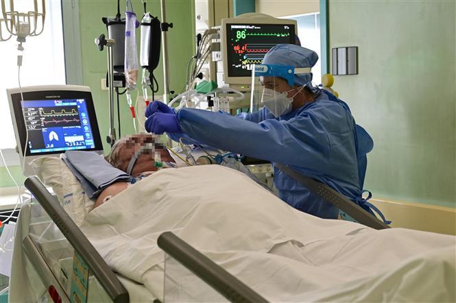 Nhân viên y tế điều trị cho bệnh nhân COVID-19 tại bệnh viện ở Seriate, Bergamo, Italy. Ảnh: AFP/ TTXVN