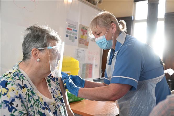 Nhân viên y tế tiêm vaccine phòng COVID-19 cho người dân tại Hull, đông bắc England ngày 7-5-2021. Ảnh: AFP/ TTXVN