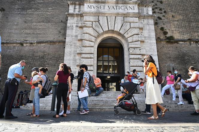 Khách du lịch tham quan Bảo tàng Vatican, ngày 6-8-2021. Ảnh: AFP/TTXVN