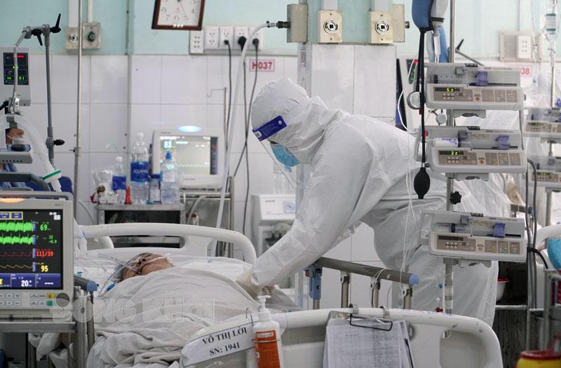 Cán bộ y tế chăm sóc bệnh nhân tại khu hồi sức bệnh nhân F0 Bệnh viện Nguyễn Đình Chiểu.