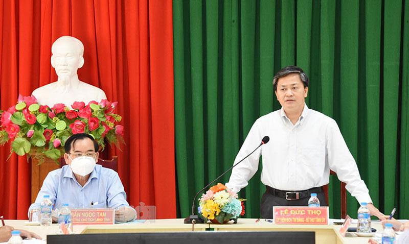 Ủy viên Trung ương Đảng - Bí thư Tỉnh ủy Lê Đức Thọ (phải) và Chủ tịch UBND tỉnh Trần Ngọc Tam tại buổi làm việc với Huyện ủy Giồng Trôm. Ảnh: T. Đồng