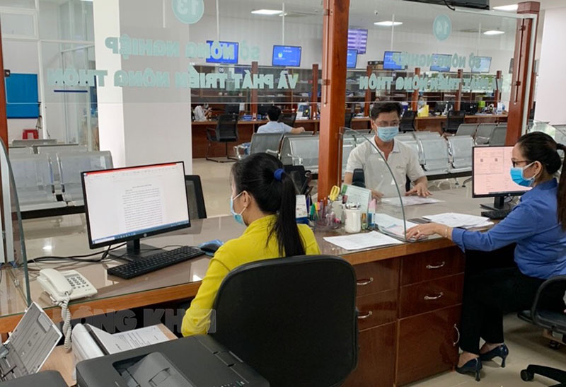 Trung tâm Phục vụ hành chính công tỉnh hoạt động trở lại sau thời gian giãn cách xã hội theo Chỉ thị số 16/CT-TTg để phòng chống dịch Covid-19. Ảnh: PV