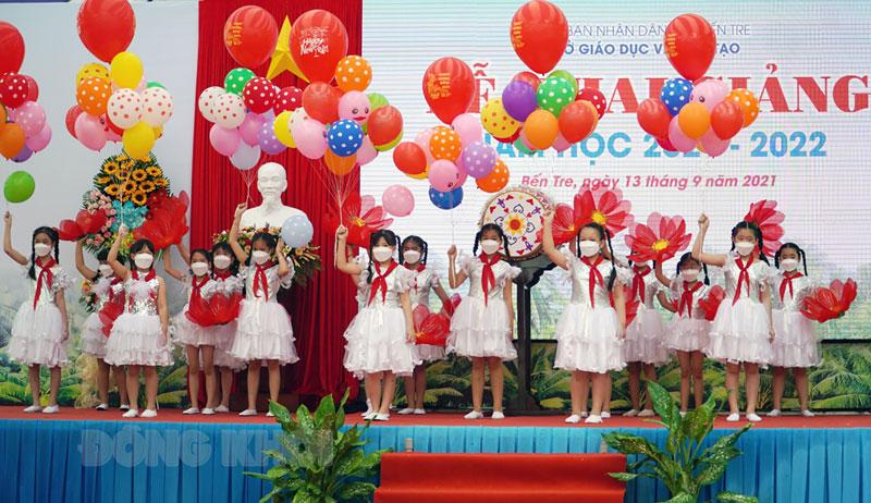 Học sinh Trường Tiểu học Bến Tre chào năm học mới.