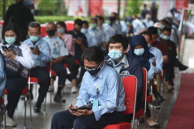Người dân chờ xét nghiệm nhanh COVID-19 tại Jakarta, Indonesia. Ảnh: THX/TTXVN