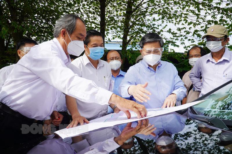 Bí thư Tỉnh ủy Lê Đức Thọ cùng đoàn làm việc, kiểm tra thực tế tiến độ dự án đầu tư xây dựng Khu công nghiệp Phú Thuận. Ảnh: Phan Hân