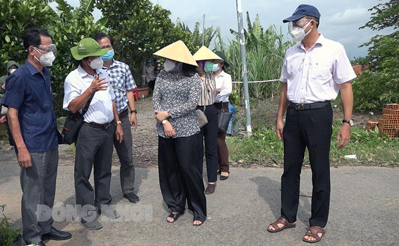 Đại diện lãnh đạo UBND huyện báo cáo với bà Hồ Thị Hoàng Yến về giải pháp khắc phục sự cố sạt lở.