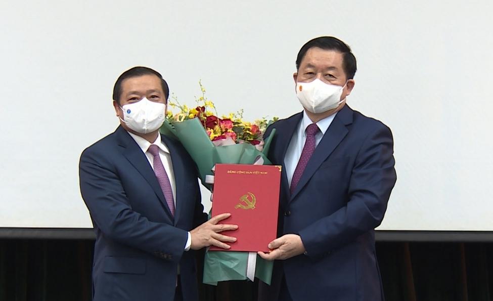 Đồng chí Nguyễn Trọng Nghĩa trao quyết định và chúc mừng đồng chí Lại Xuân Môn.