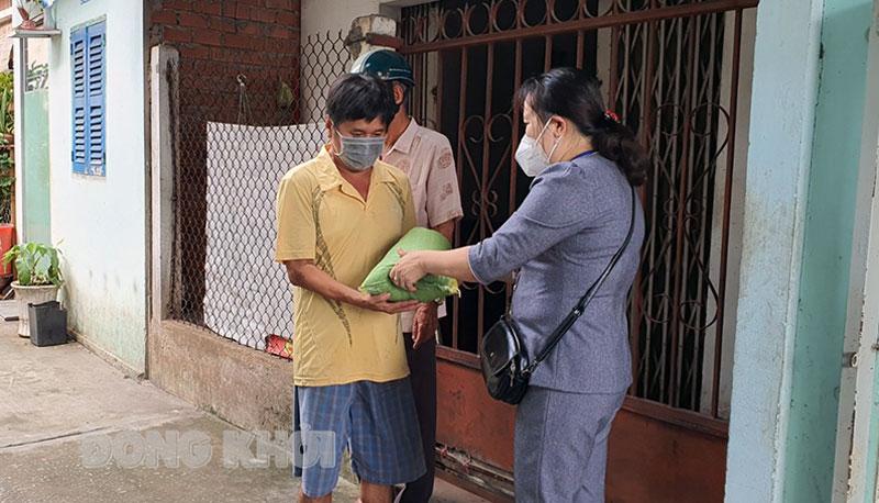 Lãnh đạo phường An Hội chuyển gạo đến tận tay người dân.