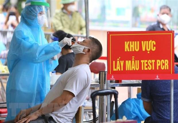 Cùng với việc tiêm vaccine, người dân phường Mễ Trì, Hà Nội được lấy mẫu xét nghiệm sàng lọc SARS-CoV-2, sáng 14-9-2021. Ảnh: Hoàng Hiếu/TTXVN