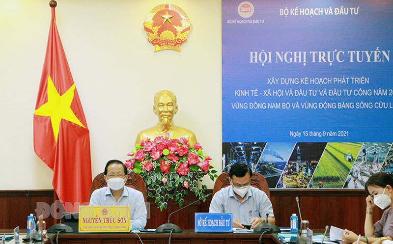 Phó chủ tịch Thường trực UBND tỉnh - Trưởng đoàn đại biểu Quốc hội đơn vị tỉnh Bến Tre Nguyễn Trúc Sơn tham dự tại điểm cầu Bến Tre.