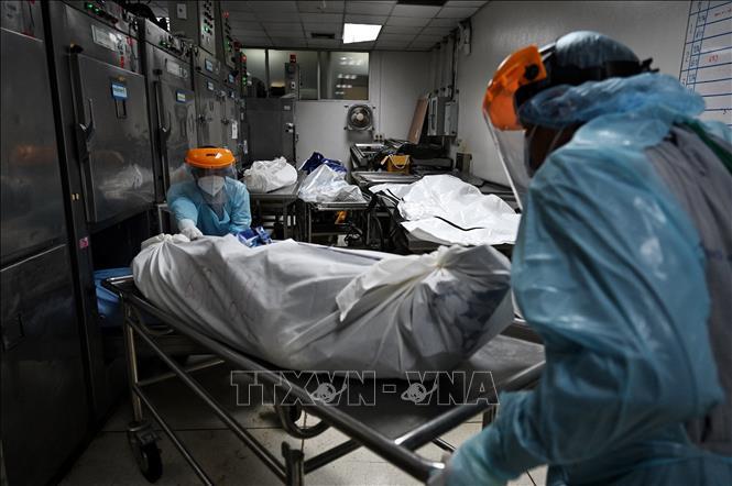 Chuyển bệnh nhân tử vong do COVID-19 tới nhà xác bệnh viện tỉnh Pathum Thani, Thái Lan, ngày 4-8-2021. Ảnh: AFP/TTXVN