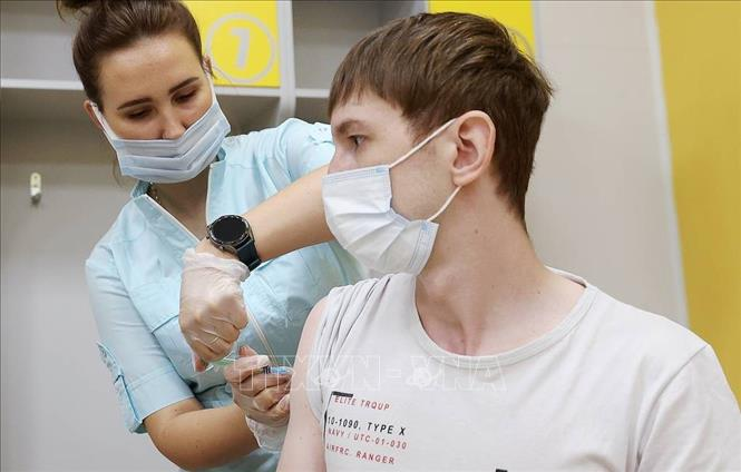 Nhân viên y tế tiêm vaccine COVID-19 cho người dân tại Moskva, Nga ngày 24-7-2021. Ảnh: TASS/TTXVN