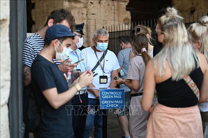 Nhân viên an ninh kiểm tra chứng nhận COVID-19 của khách tham quan tại Rome, Italy, ngày 6-8-2021. Ảnh: AFP/TTXVN