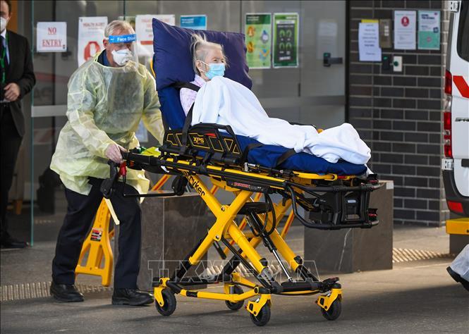 Chuyển bệnh nhân nhiễm COVID-19 tới điều trị tại bệnh viện ở ngoại ô Melbourne, Australia. Ảnh: AFP/TTXVN