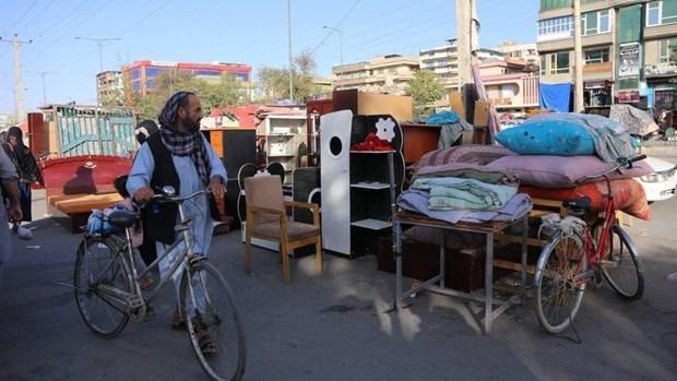 Nhiều người Afghanistan có thu nhập thấp phải bán đồ gia dụng để mua thực phẩm do khủng hoảng kinh tế gia tăng sau khi Taliban tiếp quản. (Nguồn: rte.ie)