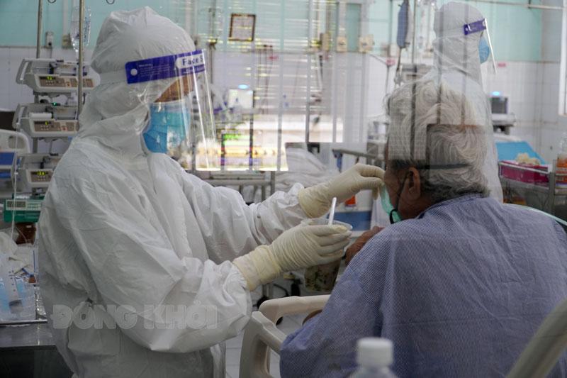 Điều dưỡng chăm sóc bệnh nhân Covid-19 tại Khu hồi sức nhiễm F0 Bệnh viện Nguyễn Đình Chiểu.