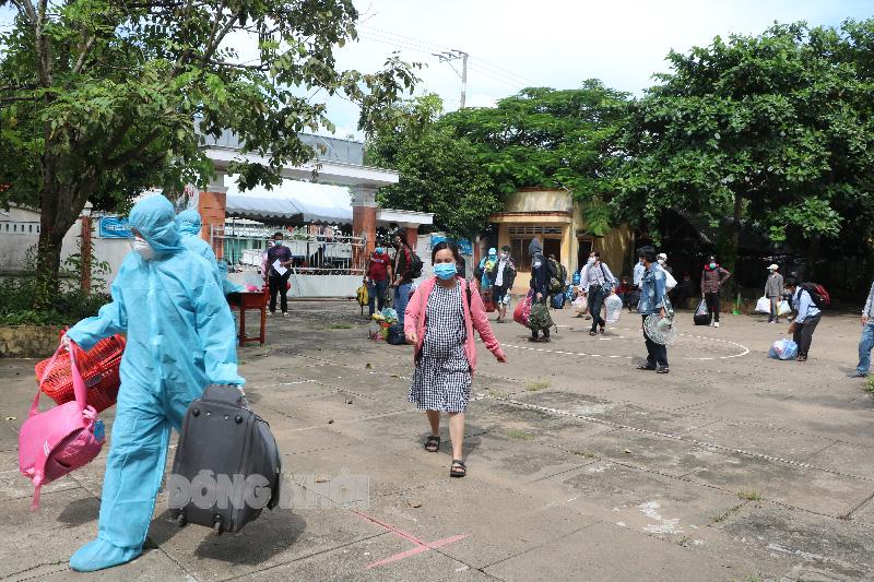 Người dân huyện Giồng Trôm về đến nơi cách ly tập trung.