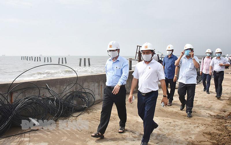 Chủ tịch UBND tỉnh Trần Ngọc Tam (bên trái, hàng thứ nhất) thăm Nhà máy điện gió số 5 (Thạnh Phú). Ảnh: Cẩm Trúc