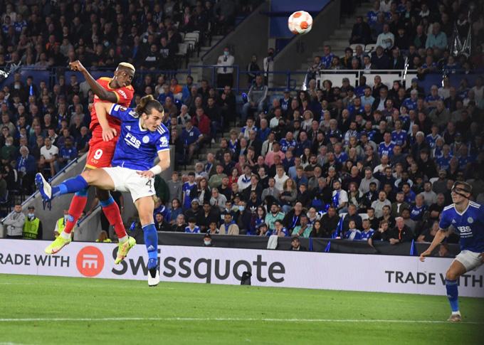 Osimhen tỏa sáng với cú đúp bàn thắng mang về 1 điểm cho Napoli