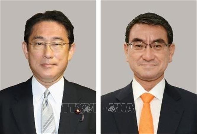 Bộ trưởng phụ trách phân phối vaccine COVID-19 của Nhật Bản Taro Kono (phải) và cựu Ngoại trưởng Fumio Kishida. Ảnh: Kyodo/TTXVN
