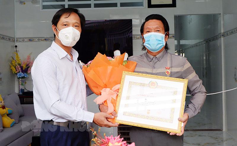 Lãnh đạo TP. Bến Tre trao Huy hiệu 40 năm tuổi Đảng cho nghệ sĩ Phương Linh. Ảnh: Ngọc Thạch