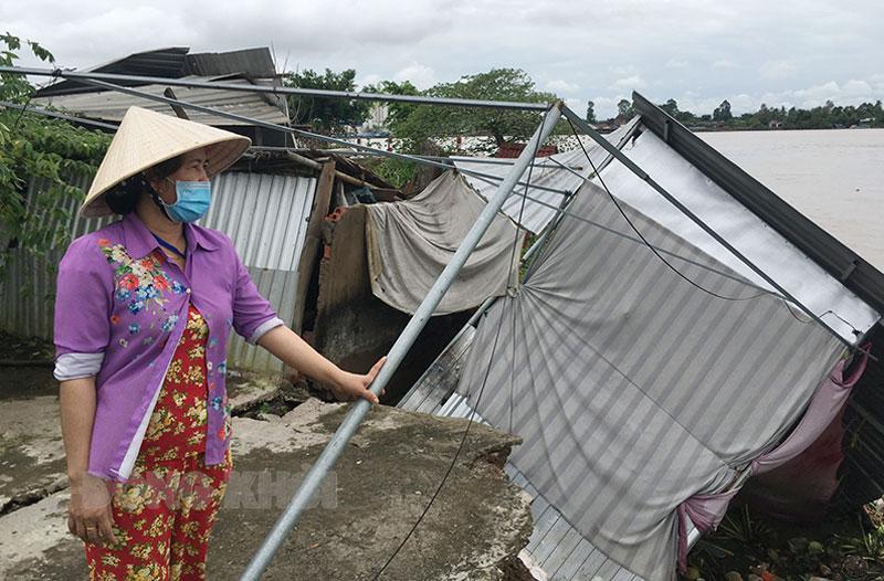 Gia đình bà Ngô Thị Cẩm Hương bị mất nhà, đất sản xuất do sạt lở gây ra.