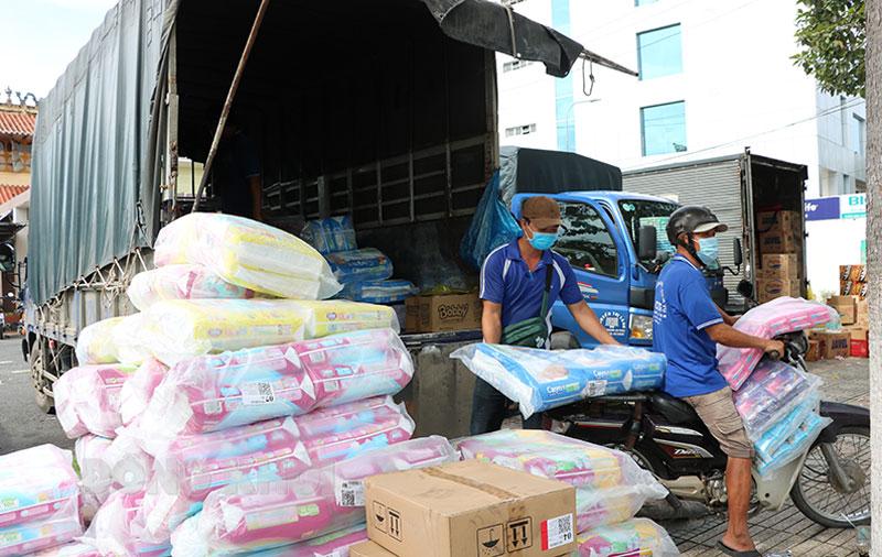 Bãi xe số 1 tại phường An Hội là một trong 3 điểm tập kết, bốc xếp hàng hóa trên địa bàn TP. Bến Tre. Ảnh: T. Thảo