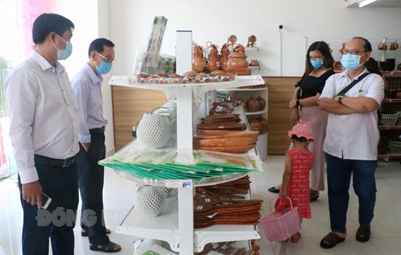 Nhiều sản phẩm OCOP Bến Tre được trưng bày tại Siêu thị dừa, địa chỉ Khu đô thị Hưng Phú, TP. Bến Tre.