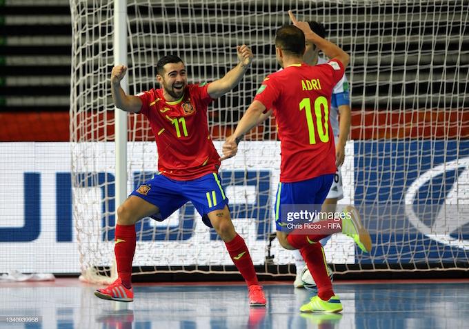 Niềm vui của các tuyển thủ Tây Ban Nha trước trận thắng đầy nhọc nhằn