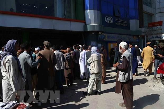 Người dân chờ rút tiền bên ngoài một ngân hàng ở Kabul, Afghanistan, ngày 15-9. (Ảnh:THX/TTXVN)