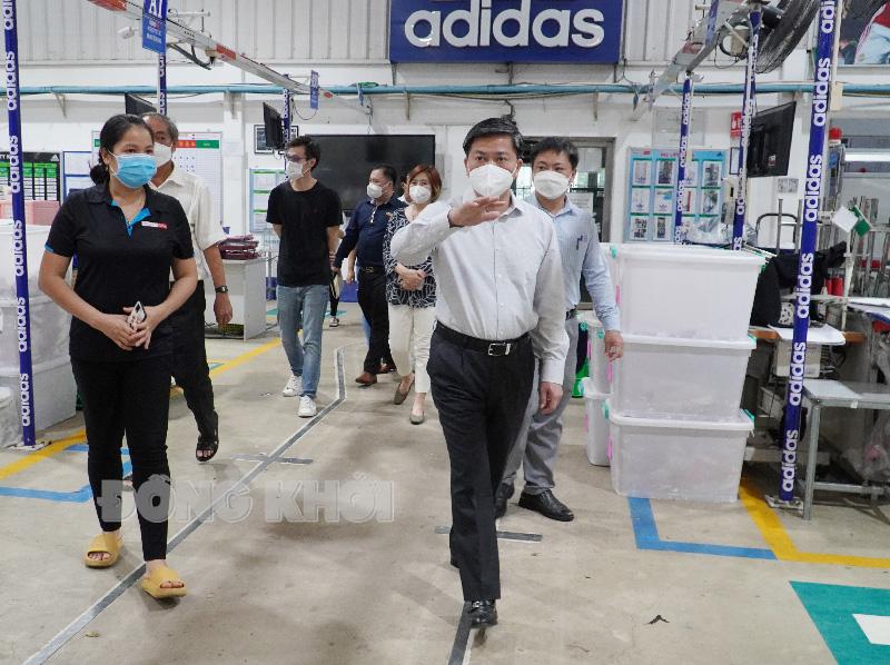 Ủy viên Trung ương Đảng - Bí thư Tỉnh ủy Lê Đức Thọ kiểm tra Công ty TNHH May mặc Alliance One.