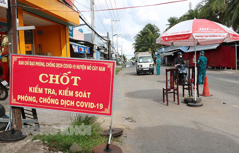 Một Chốt kiểm soát của huyện Mỏ Cày Nam giáp huyện Thạnh Phú.
