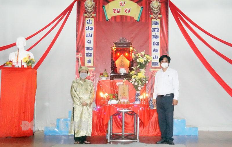 Lãnh đạo Đoàn và một số diễn viên tại lễ cúng Giỗ Tổ sân khấu.
