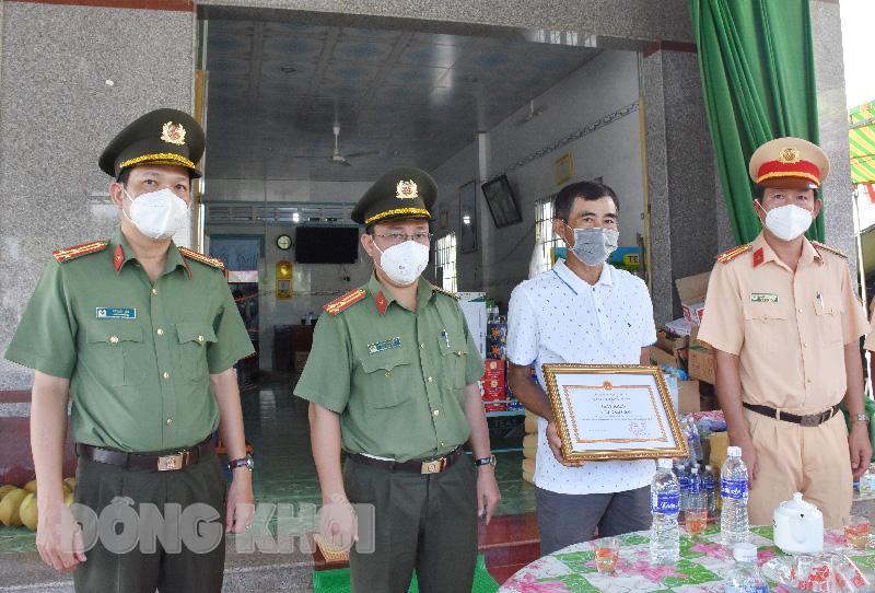 Thượng tá Phạm Thanh Hùng trao giấy khen cho hộ gia đình ông Lê Tâm Đoan.