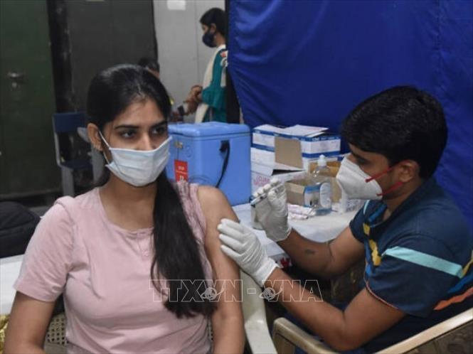 Nhân viên y tế tiêm vaccine COVID-19 cho người dân tại New Delhi, Ấn Độ ngày 9-9-2021. Ảnh: Hindustan Times/TTXVN