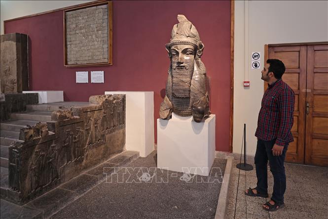 Du khách tham quan bảo tàng quốc gia Iran ở Tehran, ngày 19-9-2021. Ảnh: AFP/TTXVN