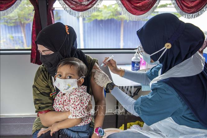 Nhân viên y tế tiêm vaccine ngừa COVID-19 cho người dân tại Selongor, Malaysia. Ảnh: THX/TTXVN