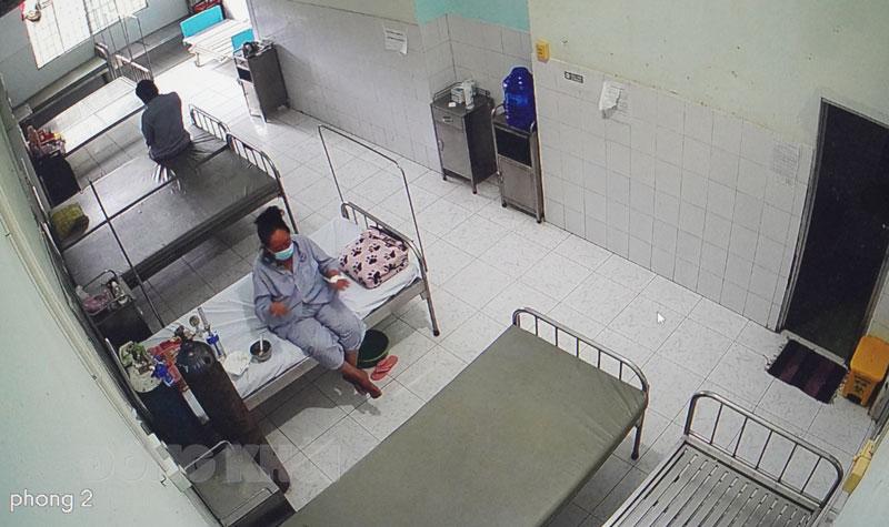 Bệnh nhân Covid-19 đang điều trị tại bệnh viện (ảnh chụp qua màn hình camera).