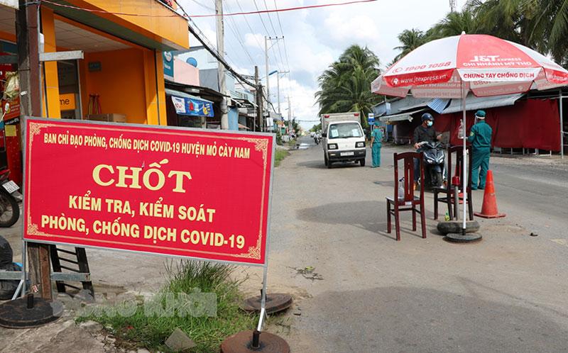 Một chốt kiểm soát dịch Covid-19 của huyện Mỏ Cày Nam giáp huyện Thạnh Phú.