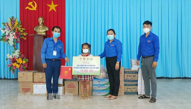 Phó bí thư Thường trực Tỉnh đoàn Lâm Như Quỳnh trao quà trung thu tại các địa phương. Ảnh: CTV