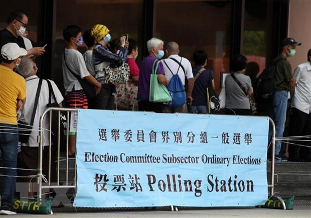 Người dân xếp hàng chờ bỏ phiếu tại Tòa thị chính Sha Tin ở Hong Kong, Trung Quốc, ngày 19-9-2021. Ảnh: THX/TTXVN