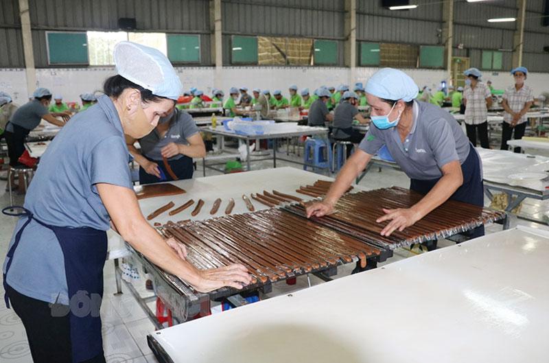 Một số doanh nghiệp sản xuất kẹo dừa đang có phương án tái sản xuất vào hạ tuần tháng 9-2021. Ảnh: Thạch Thảo