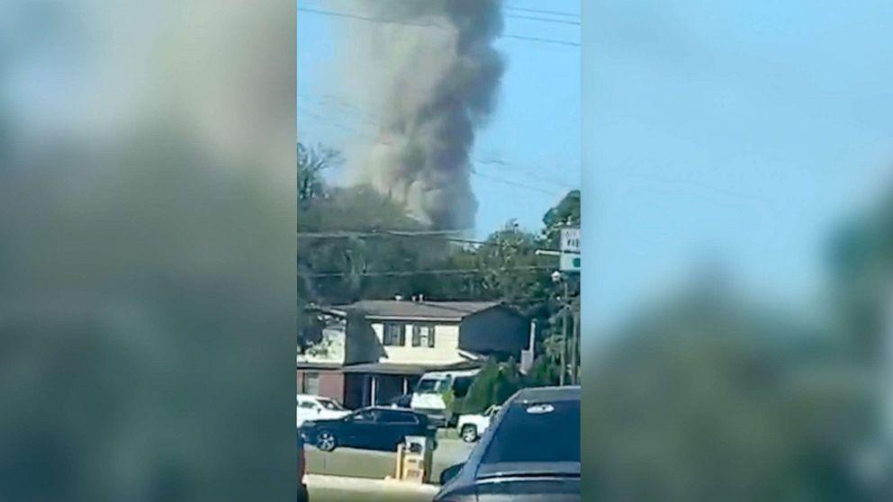Khói bốc lên từ nơi xảy ra vụ rơi máy bay ở Fort Worth, Texas, ngày 19-9-2021. Ảnh: abcnews.go.com