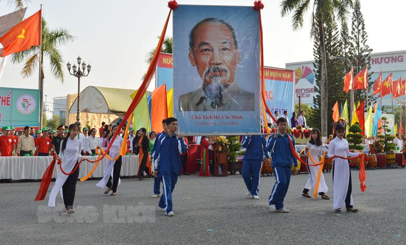 Diễu hành ảnh Bác tại Đại hội TDTT lần thứ VIII.