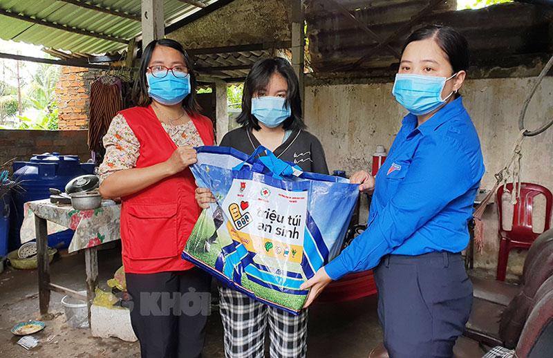 Phó bí thư Tỉnh Đoàn Võ Thị Phương Diệu trao túi quà an sinh cho học sinh có hoàn cảnh khó khăn ở xã Phú Hưng, TP. Bến Tre.