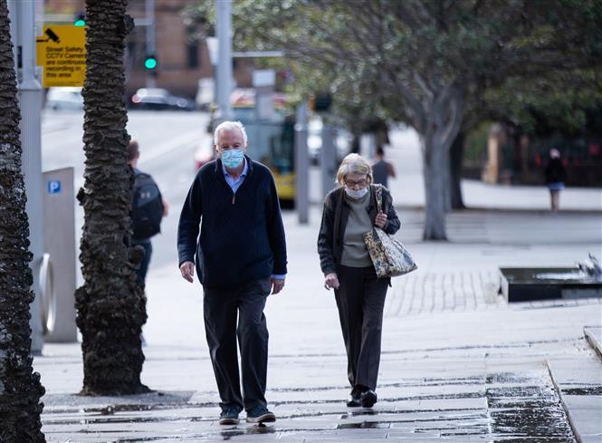 Người dân đeo khẩu trang phòng dịch COVID-19 tại Sydney, bang New South Wales, Australia, ngày 26-8-2021. Ảnh: THX/ TTXVN