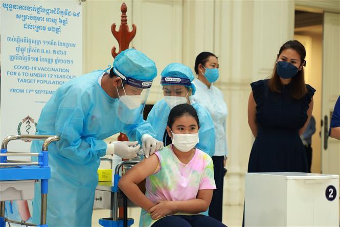 Nhân viên y tế tiêm vaccine ngừa COVID-19 cho trẻ em tại một điểm tiêm chủng ở Phnom Penh, Campuchia, ngày 17-9-2021. Ảnh: THX/TTXVN